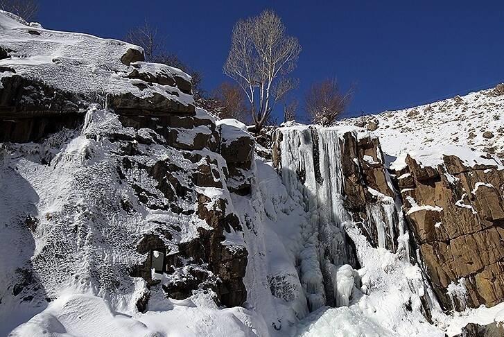 آبشار گنج نامه در فصل زمستان